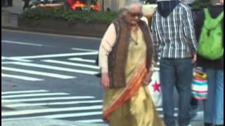 Une veuve traverse une rue