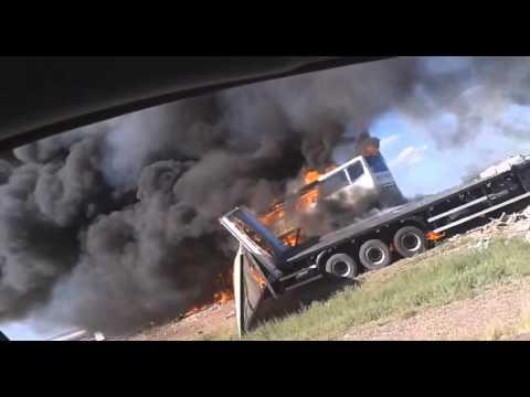 El micro y el camión en llamas, minutos después del choque en Mendoza