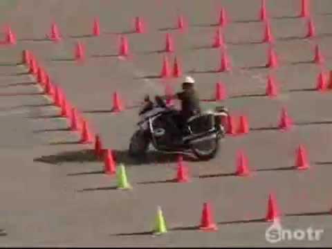 Этот полицейский умеет ездить на мотоцикле