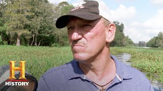 Swamp People: Troy and Holden Take A Wheel Washing (Season 9, Episode 20) | History - HISTORYCHANNEL