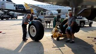فيديو: شاهد كيف تتم عملية تبديل عجلات الطائرات