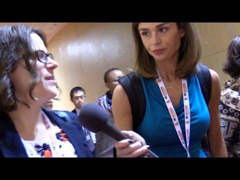 Reporterka Faith Goldy próbuje dowiedzieć się, czemu organizatorzy konferencji nie pozwalajądziennikarzom uczestniczyć w konferencji WHO