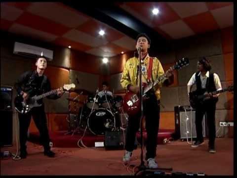Siapakah aku bagimu - Danial Afif (Official Music Video)
