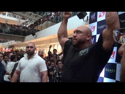 10k screaming WWE fans greet Ryback at the Oberoi mall in Mumbai, India!