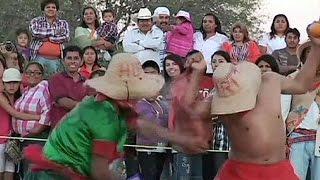 المكسيكين يحتفلون بموسم البذر بحرب البرتقال