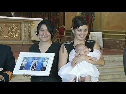 Primer bautizo de un bebé de un matrimonio de lesbianas en Argentina