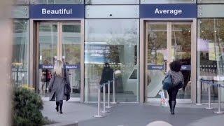 بالفيديو .. « الجميلة فقط تمر من هنا» .. تجربة لاختبار ثقة المرأة بنفسها