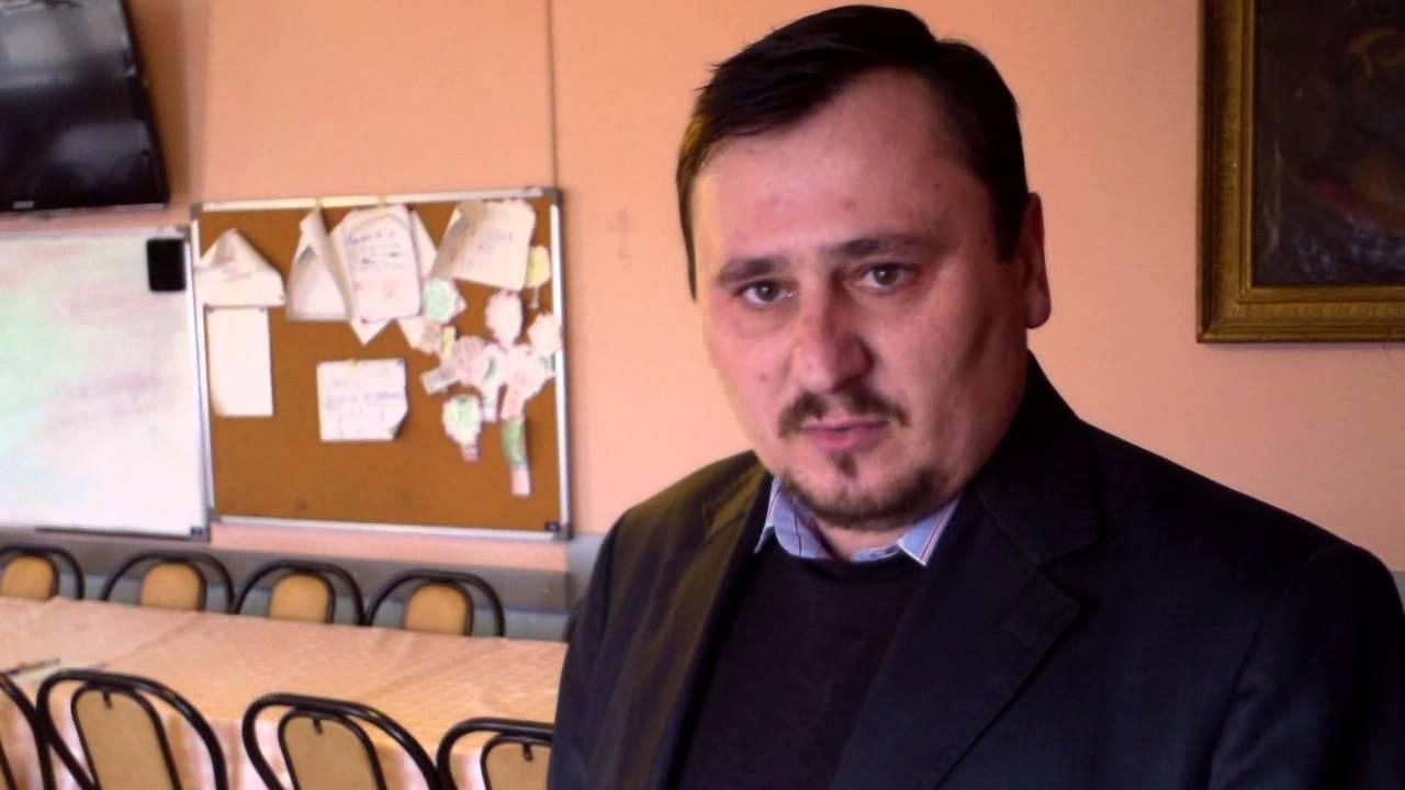 Preotul de la Ulmu are club de șah și limbi străine