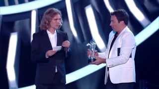 مطلوب للعدالة يرافق مايلي سايروس في حفل جائزة MTV (فيديو)