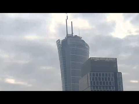 Montaż iglic na dachu Warsaw Spire z dalszej perspektywy.