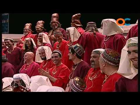 Sesión de Preliminares, la agrupación Los rojos actúa hoy en la modalidad de Coros.