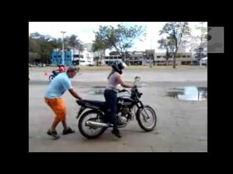 Mulher caindo de moto na Auto Escola