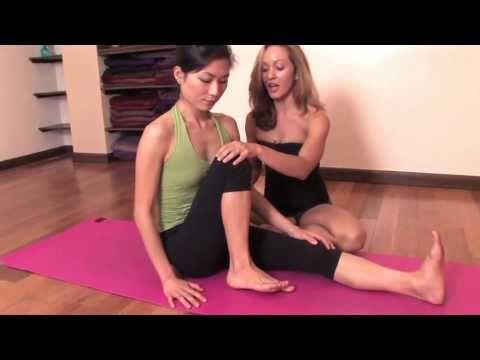 Ashtanga Yoga : Twisting for Beginners, Marichyasana C with Kino MacGregor and Julia Lofstrand
