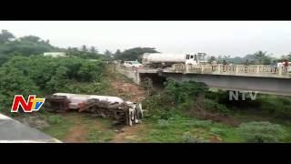 Bharat Gas Tanker Over Turns from Bridge || Visakhapatnam || NTV - NTVTELUGUHD