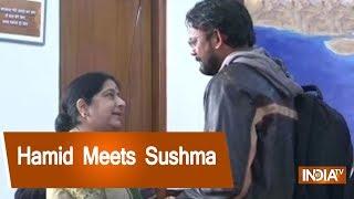 Hamid Ansari And Family Meets Exteral Affairs Minister Sushma Swaraj - INDIATV