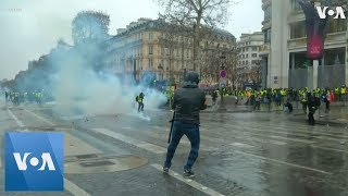 """Tear Gas, Water Cannon, Scuffles: """"Yellow Vests"""" Return to Streets for Fifth Week of Protests - VOAVIDEO"""