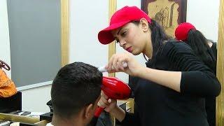 """بالفيديو.. أول سيدة مصرية """"حلاقة"""" للرجال"""