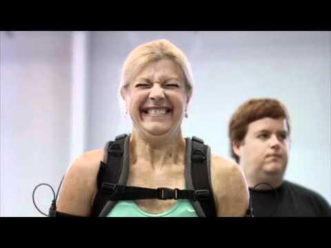 Экзоскелет eLEGS помогает ходить парализованным людям