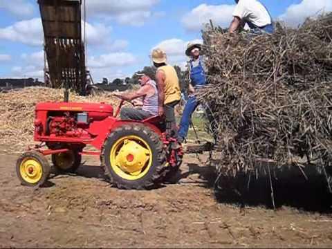 La cavalcade des vieux tracteurs à Cheffois en Vendée