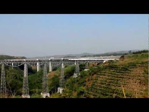 Kereta Api Argo Parahyangan Melintasi jembatan Cikubang Jawa Barat