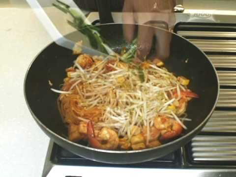 Thai Cooking Recipe Pad Thai Fried Noodles in Egg Wrap from Lobo Thai food lobo.co.th