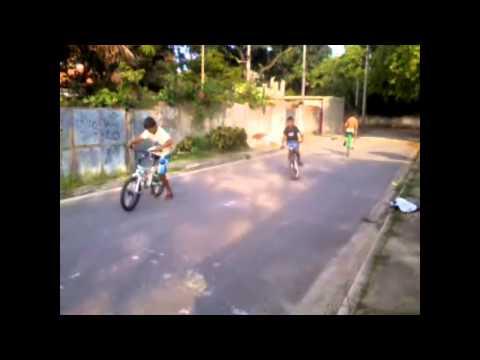 empinando bicicleta