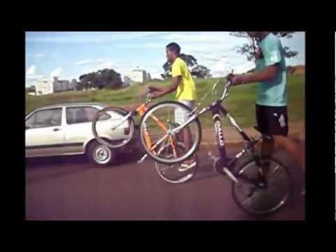 empinando de bike