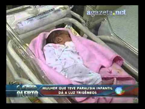 Mulher que teve paralisia infantil da a luz a trigêmeos