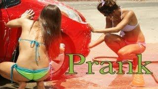 ビキニ美女が洗車してくれるかと思いきや、後ろから来たビキニ親父が洗車