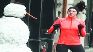 بالفيديو.. رجل الثلج أراد أن يُضحك من حوله فتلقى الشتائم