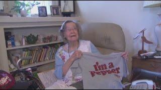 بالفيديو.. بريطانية تحتفل بعيد ميلادها الـ 104 بشرب المياه الغازية