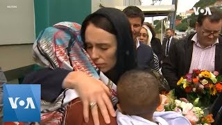 New Zealand PM Ardern lays wreath at mosque to remember shooting victims - VOAVIDEO