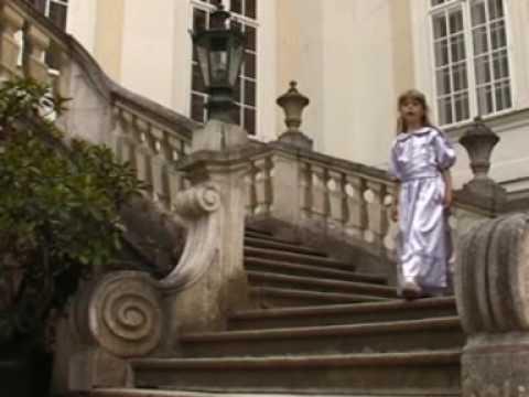 Lucie Vondráčková-Bránou zázraků (Nell Homolová)