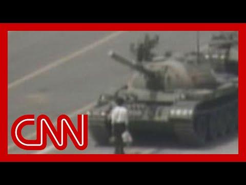 Nieznany buntownik zatrzymuje kolumnę czołgów