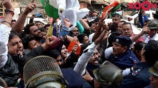 Congress workers DISRUPT The Accidental Prime Minister screening in Kolkata - ZOOMDEKHO