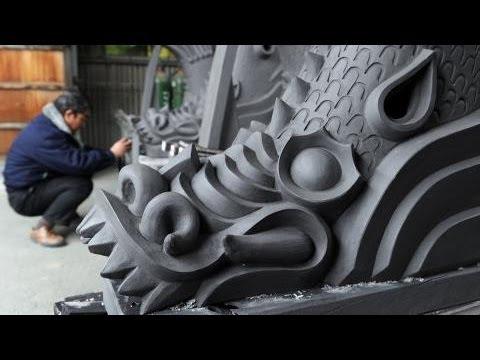 姫路城の鯱瓦、焼き上がって窯出し/奈良の工場で