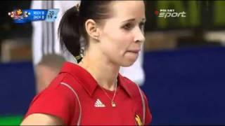 バレーボール。キックでサーブしたポーランド女子選手