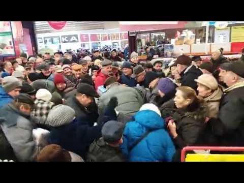 Tłum ludzi w carrefour w Chełmie - Promocja cukru