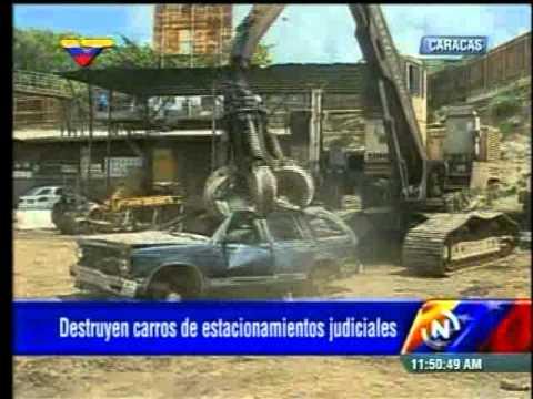 Destruyen carros de estacionamientos judiciales