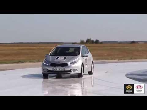 Szkolenie na płycie poślizgowej daje kierowcy praktyczną wiedzę, jak samochód zachowuje się, gdy tracimy nad nim kontrolę.