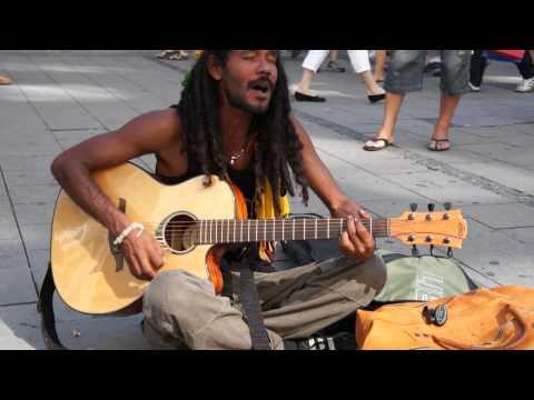 Straßensänger in München Bob Marley