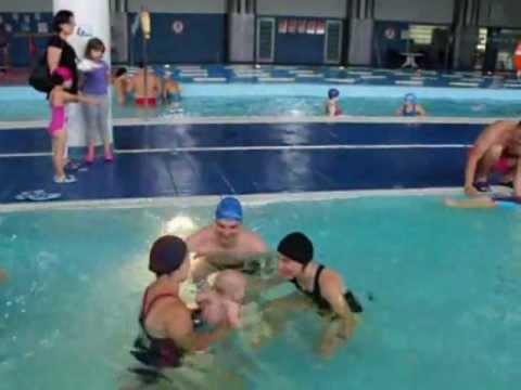 Film pokazujący lekcję pływania niemowląt.