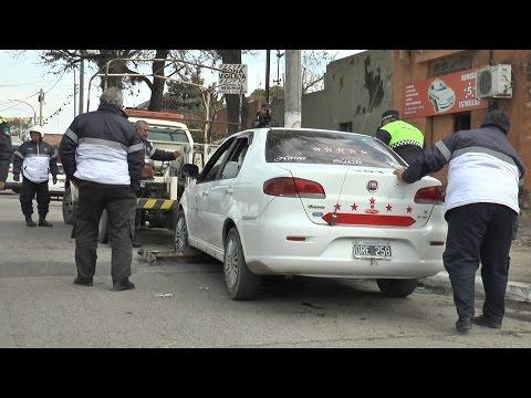 Taxistas atacaron a pedradas a inspectores municipales durante un operativo