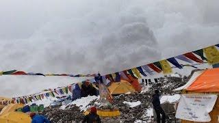 لقطات مرعبة لانهيار ثلجي يكتسح معسكر متسلقي قمة إيفرست