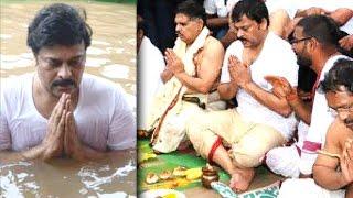 Chiranjeevi Takes Holy Dip @ Godavari Pushkaralu | Lehren Telugu - LEHRENTELUGU