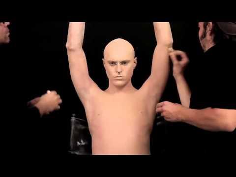 El hombre más tatuado del mundo se maquilla