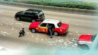 """""""فيديو"""" شاهد زحمة وفوضى إثر تبعثر نحو مليوني دولار في احد شوارع هونغ كونغ"""