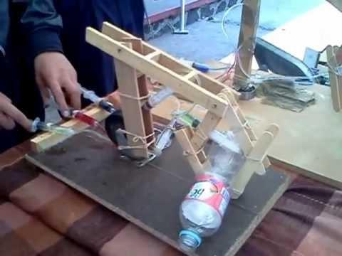 Robots con energia hidráulica y mecánica, hechos por jovencitos de secundaria de Morelia Mexico