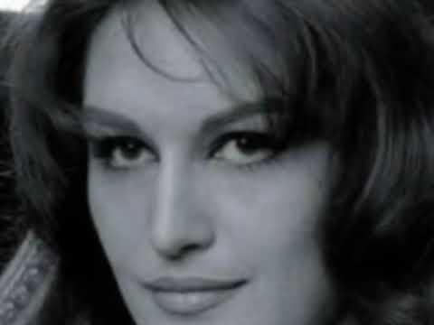 """""""Paroles, paroles"""", duet Dalidy z Alainem Delonem z 1972 roku wejdzie do kanonu romantycznych duetów moszcząc sobie miejsce tuż obok zaledwie o trzy lata starszego """"Je t'aime… moi non plus"""" Serge'a Gainsbourga i Jane Birkin"""