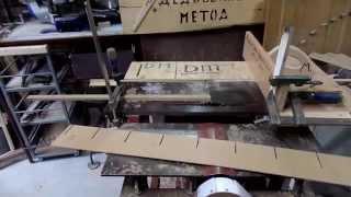 Навесная полочка соты для хранения коробочек с саморезами сделанная из отходов двп своими руками